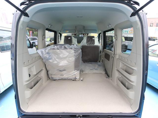 ★2列目シート片側格納★後席方側を格納すれば、3名乗車しながら大きな荷物が積載可能です☆シートアレンジが多彩でとっても便利な車です!