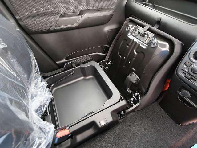 ★助手席下収納ボックス採用★助手席下に収納スペースがあります、取っ手がついているので、バケツのように 持ち運ぶ事も可能です。
