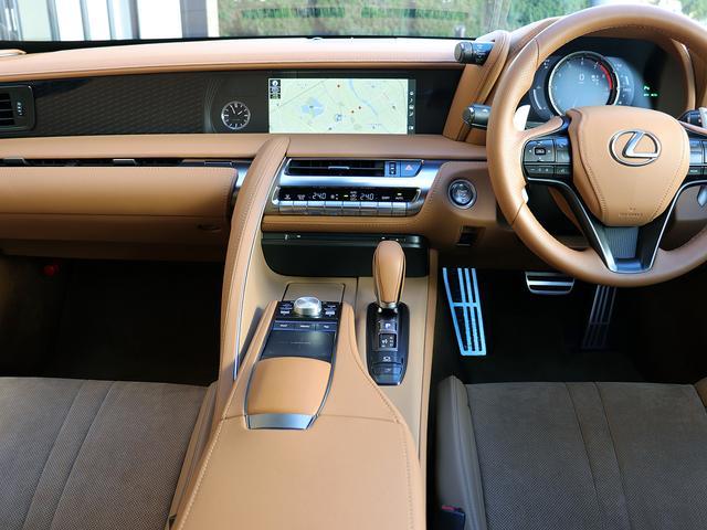 内装はオーカー(茶系)アルカンターラ/本革スポーツシート(ベンチレーション機能・ヒーター付)です。メーカーオプションのカラーヘッドアップディスプレイ付きです。ステアリングヒーターも付いております。