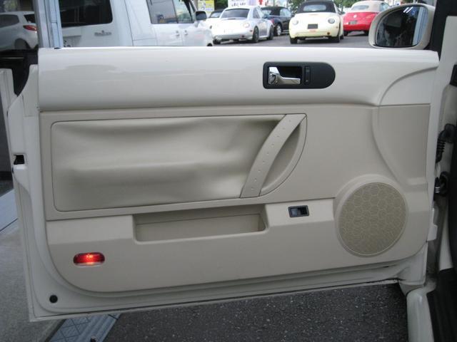 <ドア内張り交換前(助手席側)>様々な輸入車に多く見られますが、経年劣化によりドア内張りが浮いてきます。