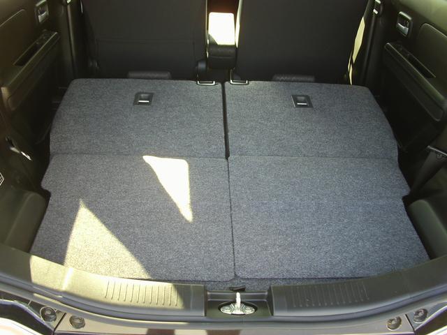 リヤシートを倒せばたくさん荷物を積み込めます。