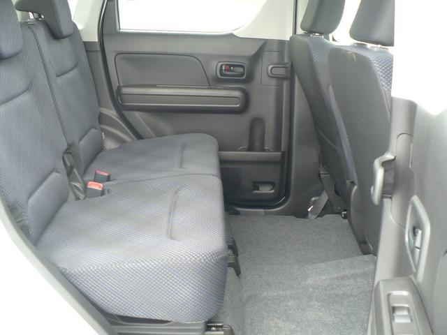 後部座席は広いのでゆったり座れます。