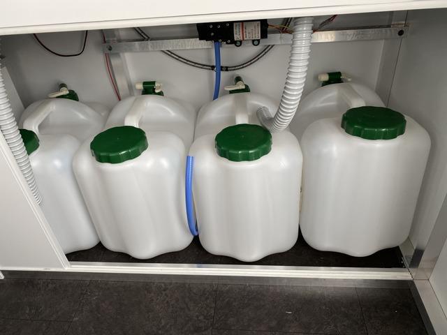 新クシタニ上水40L/下水40L確保できます。ポリタンク増やせば100L対応可能です。