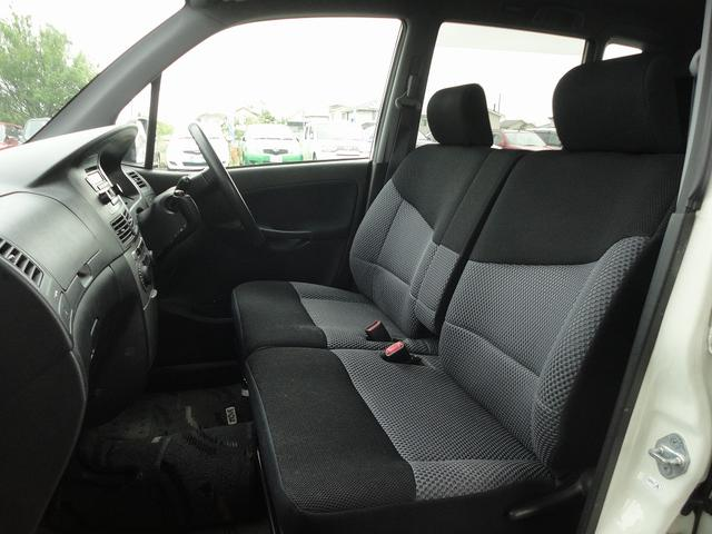 ベンチシートだから運転席の足元もゆったり広々快適です♪助手席へのウォークスルーも楽々可能!