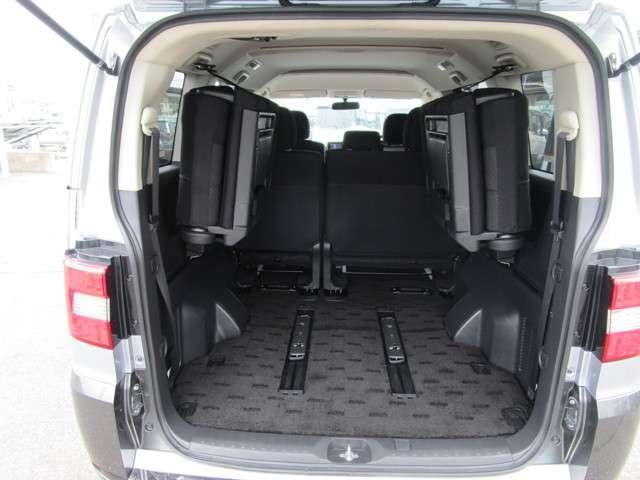サードシートはサイドに跳ね上げ可能!荷室の開口部も広く、フラットで荷物の載せ降ろしがしやすい!