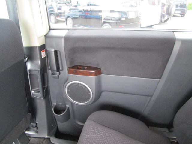 運転席後ろスライドドア内装