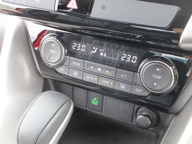 左右独立温度コントロール式フルオートエアコンになっています。運転席側と助手席側でエアコンの調整が出来ます。