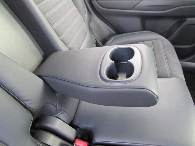 リヤシートのアームレストにはカップホルダーも装備!