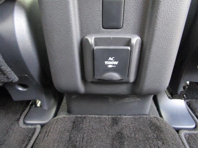 AC100V電源のコンセントはリヤシートのコンソールにも装備!