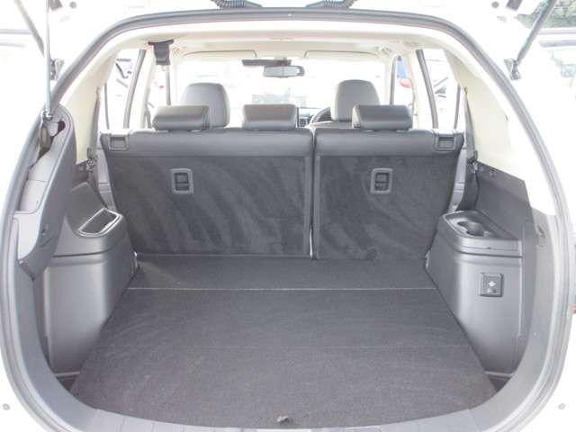 荷室は開口部が広く、フラットで荷物の載せ降ろしがしやすい!