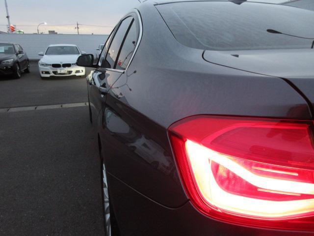 320iラグジュアリー 正規認定中古車 ワンオーナー LEDヘッドライト コンフォートアクセス 純正17インチ 純正HDDナビ レザーシート シートヒーター リアPDC バックカメラ ACC レーンチェンジウォーニング(57枚目)