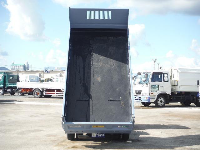 トラックのシャーシに油圧シリンダーによるダンプ機構と、荷台を後方へスライドさせるスライド機構を併せ持つダンプトラックになります。