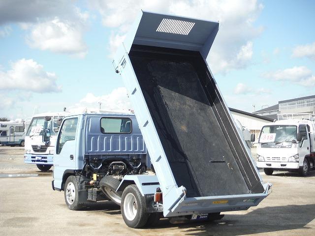 荷台の後の部分が地面に接触するまでスライドするため、土砂や砂等だけでなく、小型ショベルカーなどの小型建機を簡単、安全に搭載し運搬することができます。