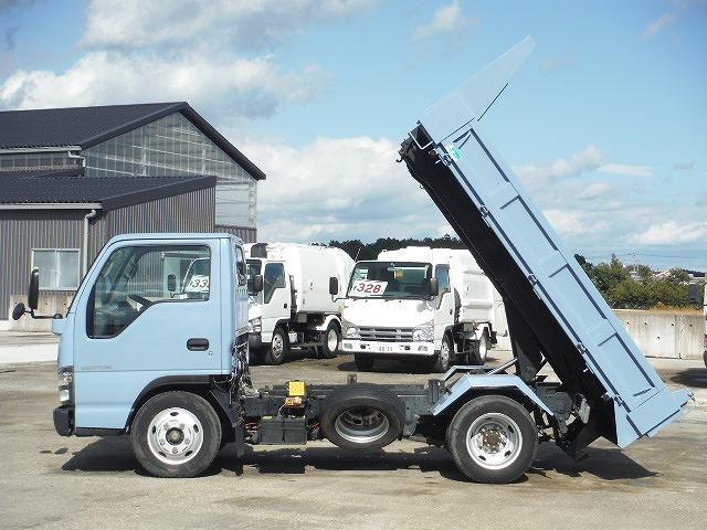 基本的にすべて同じ機能を備えたダンプカーで、各トラックメーカーでは製造しておらず、架装専門業者によって作られています。