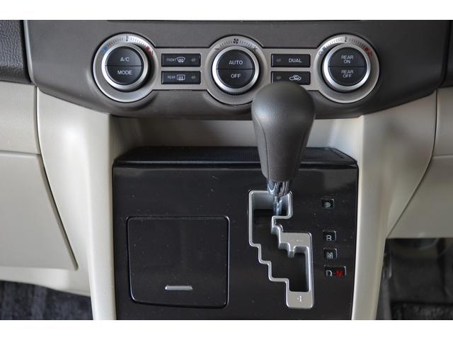 シフトレバー、オートエアコンのコントロールパネル。