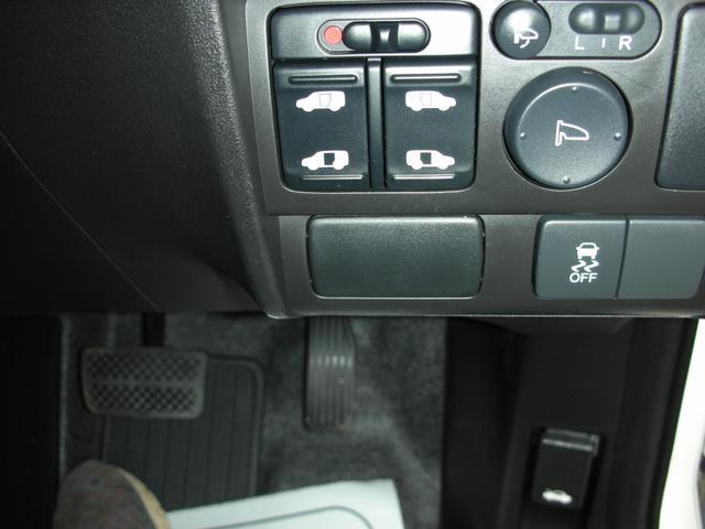 運転席右下にある丸井ボタンがドアミラー調整(上が格納ボタン)横の2つ有るボタンが左右のパワースライドドアのスイッチになります。ボタンで開閉が可能です。