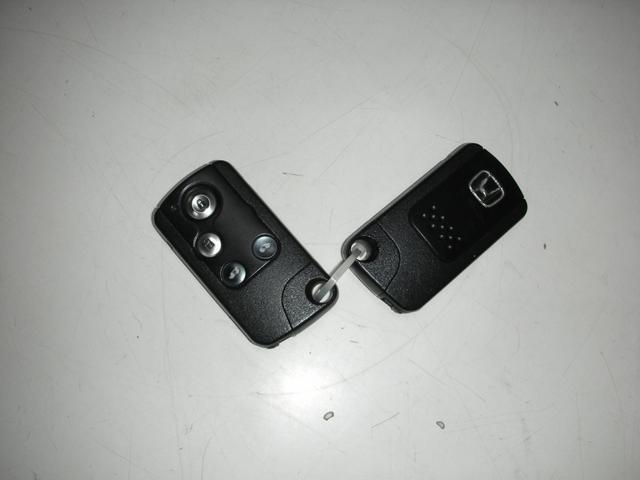 スマートキー本体です。スペア付きです。この鍵を持っていればドアキーとエンジン始動の際に鍵の抜き差し無しでOKです