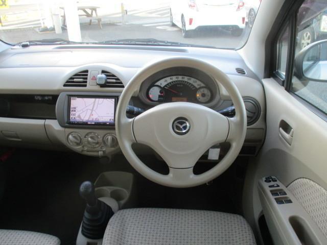 グレーを基調にしたシックかつスポーティな雰囲気を醸し出すインテリア。実用性も優れており使い勝手も良く、前席からの視界も良く見切りも優れ運転し易いお車ですよ。