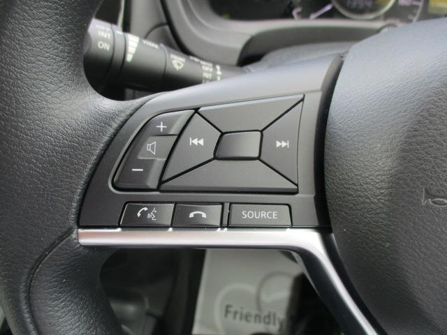 オーディオ操作などが可能なステアリングスイッチ付いてます。ひと昔前は高級車専用の装備でした。ハンドルから手を離さずに操作出来ますので安全運転に貢献します。