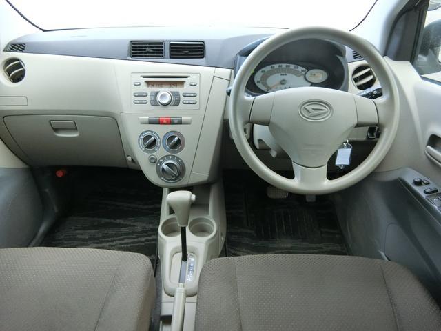 運転席に座った感じでの写真です。オーディオ周り、ハンドルの形状、メーターの位置やエアコンの操作パネル等をご確認下さい♪ 次にここに座るのは・・・。