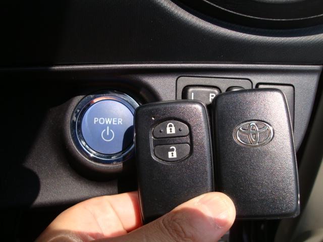 ボタン1つでエンジン始動!プッシュスタート機能がついています。更にカギを持っていればドアのロック開閉が出来るキーフリーシステムも付いています。1度使うとやめられない便利な機能ですよ。