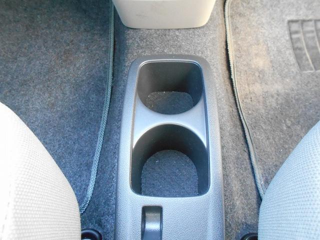 ドリンクホルダーは運転席と助手席の間にございます。