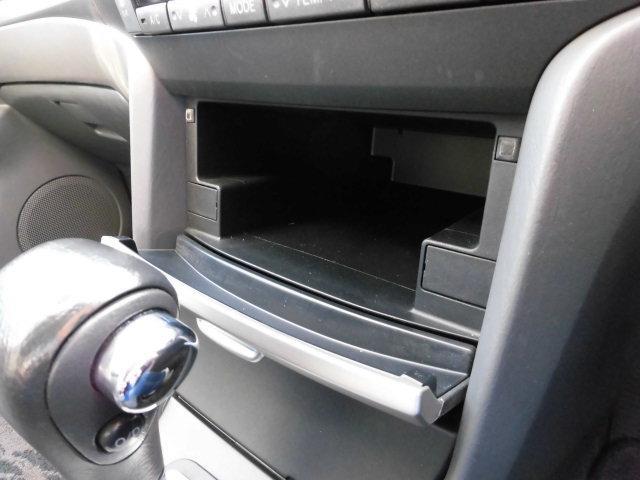 エアコンパネル下に収納ボックスがあります。