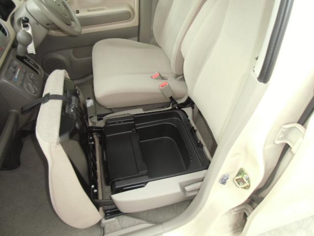 助手席シート下に収納スペースがあります。