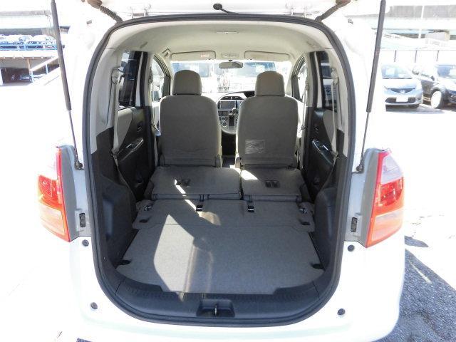 セカンドシートは後席足元に格納でき、大容量の荷室として利用出来ます。
