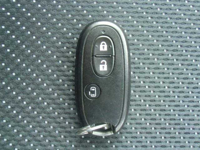 スマートキー付です。キーを持ってドアのボタンを押すだけでドアの施錠・開錠が出来ます。そのままキーが車内にあればエンジンをかけることも出来ます。