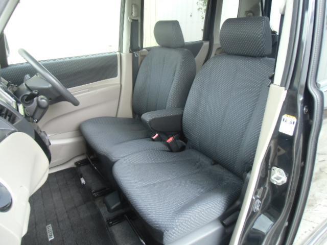 前席アームレスト付き、収納すればベンチシートになり広々と使用出来ます。