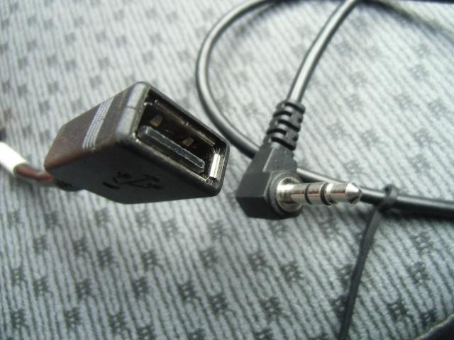 有線でのAUX接続も可能です。