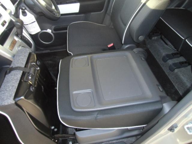 助手席シートバックはテーブルとして利用ができます。