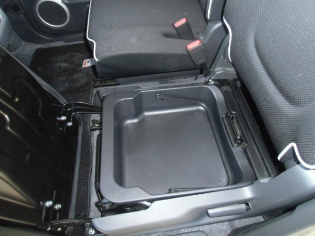 助手席シートアンダーボックス付きです。