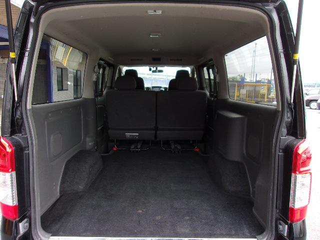 タイヤハウスの上面は水平ですので棚板なども安定して置くことができます。