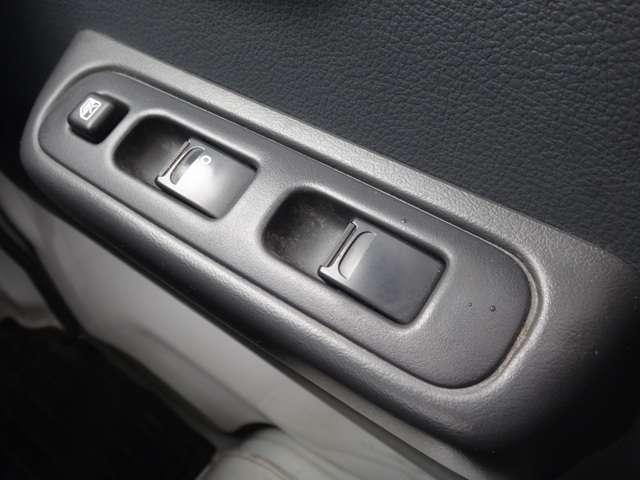 ビジネスカーでも快適装備は外せません。運転席&助手席はパワーウインドウです。(挟み込み防止機能付き)。