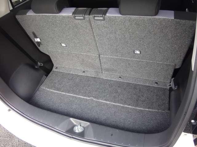 リヤシートスライドにより4人が乗車したまま一般的なベビーカーなども積載可能。フルフラットにもできます。片側だけシートが倒せるので、3人乗車時でも長物が収納できます。