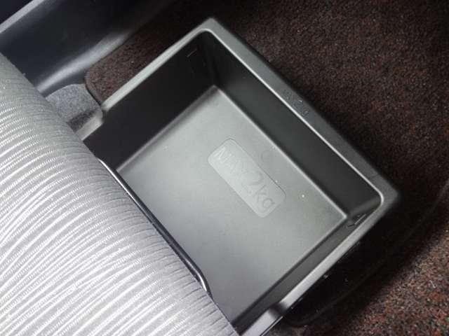 助手席シートアンダーボックス☆便利な前後スライド式です!クツを入れたり常備したいものをサッとしまっておけます♪
