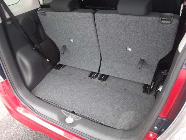 リヤシートスライドにより4人が乗車したまま一般的なベビーカーなども積載可能です。片側だけシートが倒せるので、3人乗車時でも長物が収納できます。