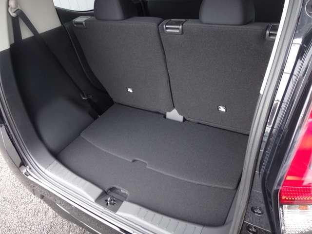 リヤシートスライドにより4人が乗車したまま一般的なベビーカーなども積載可能です。