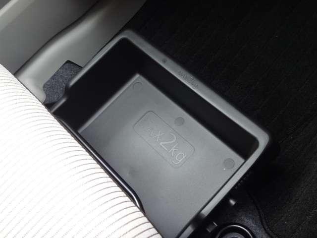 660X 純正FM/AMラジオ付CDデッキ 衝突被害軽減ブレーキ&踏み間違い防止装置 全周囲カメラ 運転席&助手席エアバッグ プッシュエンジンスターター インテリジェントキー プライバシーガラス オートエアコン ワンオーナー(19枚目)