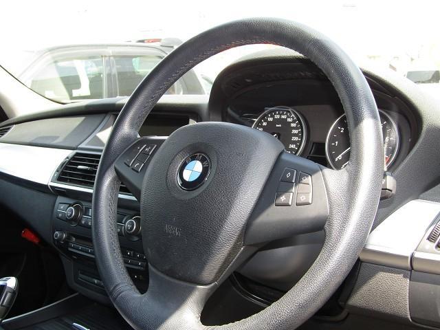 BMWエンブレムがお洒落!本革巻きステアリングでグリップ力もあり安定したドライブを楽しめます。