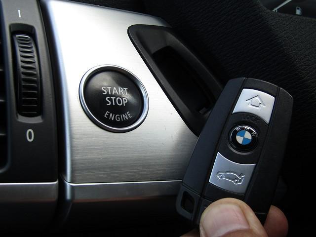 【プッシュスタート付き!今や当たり前の装備ですね♪】ボタンひとつでエンジンのスタート&ストップが出来ちう優れもの♪最近の車って、本当にすごいですよね!感激〜!