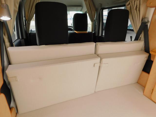 マットはコンパクトに収納 後部座席背もたれに固定されます。