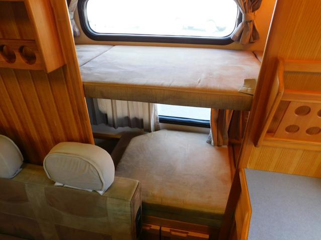 後部常設2段ベッド 上下段ともサイズ184cm×66cm 下段エアコン時使用不可