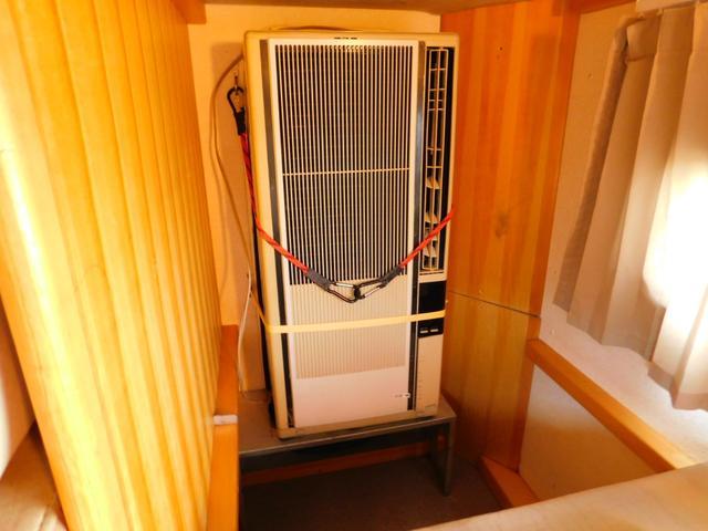 ウインドクーラーは2段ベッド下段部分を利用して取り付け。取り外したベッドマットも御座います。