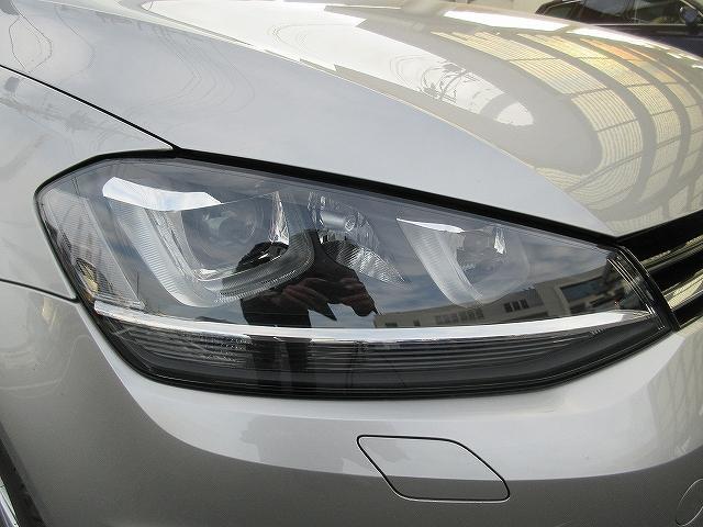 キセノンライト・・ハロゲンライトの約2倍の光量で、より遠く広い範囲を照らします。車体の傾きに反応して上下の光軸を自動調整するオートハイトコントロール機能付。