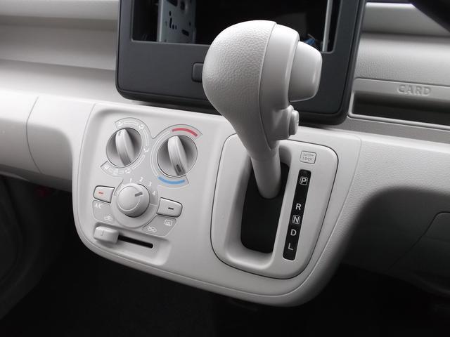 エアコンは手動式のマニュアルエアコンです。