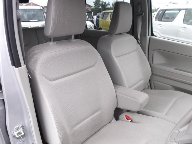 運転席のベンチシートには肘掛けが付いてます。