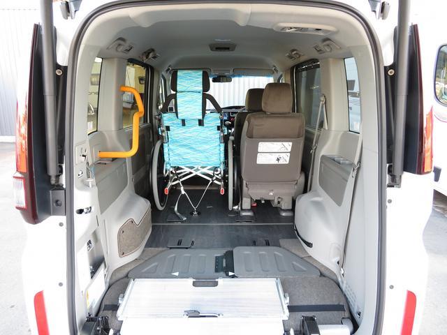福祉車両 G車いす仕様車2&3列目車椅子2基固定 乗車計7名(2枚目)